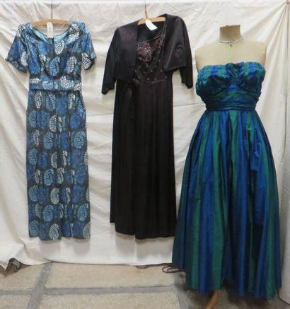 Trois robes de soirée dont une avec un boléro...