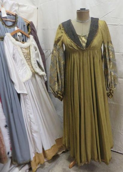 Lot comprenant sept robes et quatre jupes pour femme, style Moyen-Âge. Matières:...