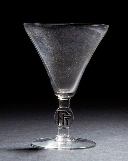 RENE LALIQUE (1860-1945) Monogramme, modèle créé en 1924 Verre à vin en verre soufflé,...