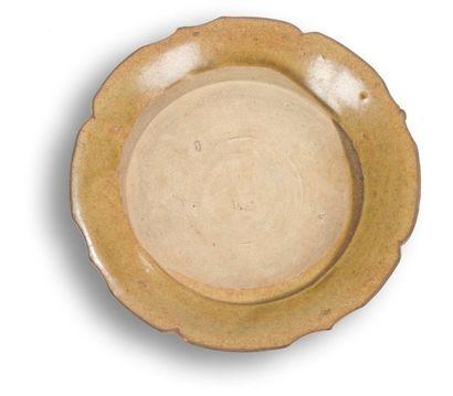 Chine - XIVe siècle Soucoupe en grès émaillé brun. (Manque à l'émail). Diamètre:...