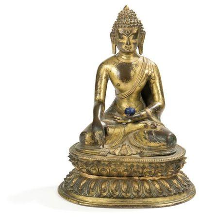 TIBET - XVIE SIÈCLE Statuette de bouddha en bronze doré, assis en padmasana sur le...