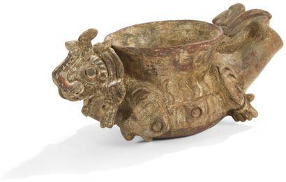 Vase zoomorphe représentant un dragon. Ce...