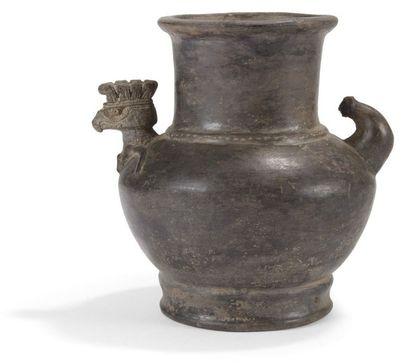 Vase zoomorphe représentant un aigle. La...