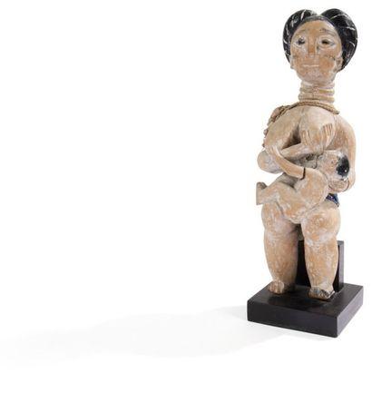 EWE (TOGO) Maternité Maternité en bois clair blanchi au kaolin, les cheveux de l'enfant...