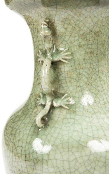 CHINE - XIXe siècle Vase de forme balustre en grès émaillé céladon craquelé, deux...