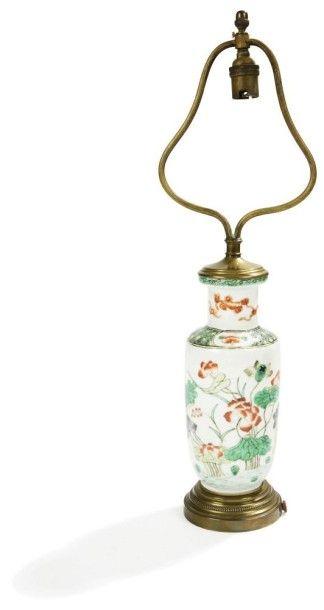 CHINE - XIXe siècle Petit vase rouleau en porcelaine décorée en émaux polychromes...