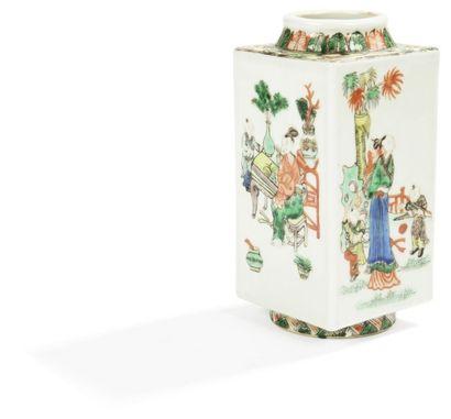 CHINE - Fin XIXe siècle Petit vase de forme «cong» en porcelaine décorée en émaux...
