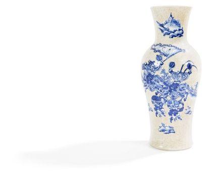 CHINE, Nankin - Fin XIXe siècle Vase de forme balustre à col évasé en porcelaine...