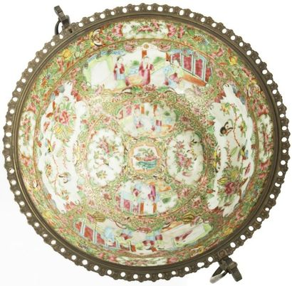 CHINE, Canton - XIXe siècle Bol en porcelaine décorée en émaux polychromes de réserves...
