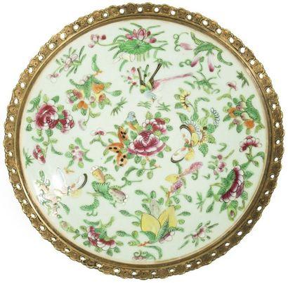 CHINE, Canton - Fin XIXe siècle Vase bouteille et plat en porcelaine décorée en émaux...