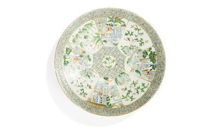 CHINE, Canton - Fin XIXe siècle Grand plat en porcelaine décorée en émaux polychromes...