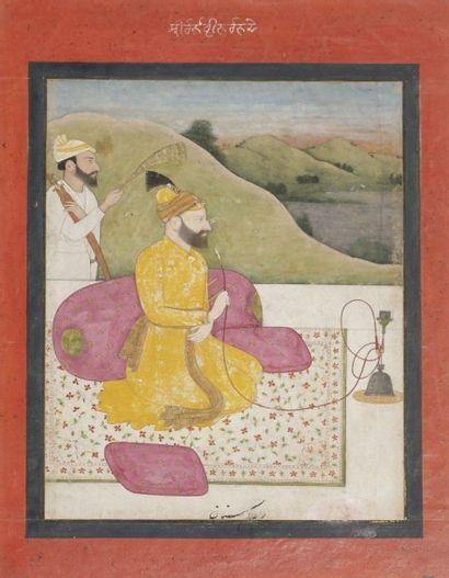 Raja sur une terrasse fumant le huqqa, Inde...