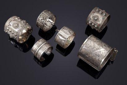 Cinq bracelets et une chevillière en métal...