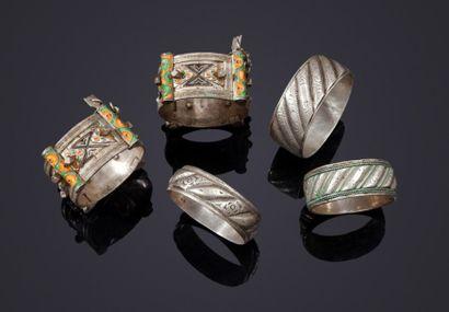 Cinq bracelets en argent et métal argenté,...