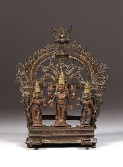 Vishnû et deux danseuses, Inde centrale,...