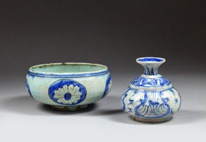 Coupe et vase à décor peint en bleu, Iran,...