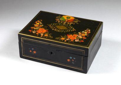 Boîte en bois peint en polychromie aux trophées...