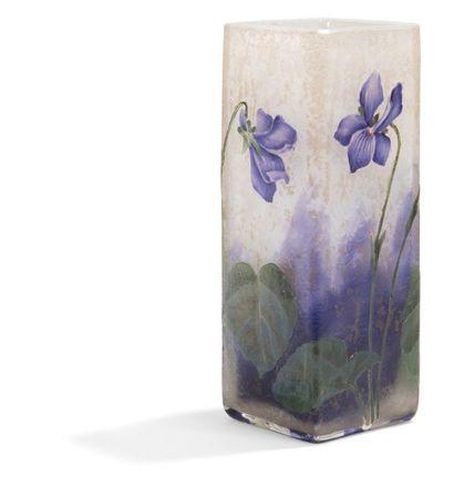 DAUM Nancy Violettes Vase quadrangulaire soliflore. Épreuve en verre dégagé à l'acide...