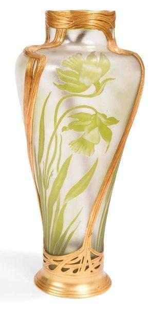 VAL-SAINT-LAMBERT & ORIVIT Narcisses Haut vase balustre monté. Épreuve en verre au...