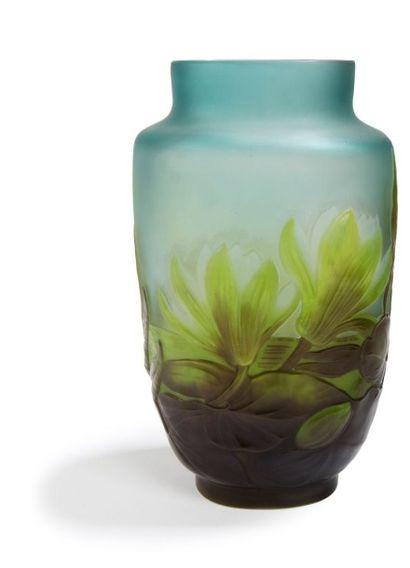 Établissements GALLÉ (1904-1936) Nénuphars Haut vase, de section méplate, reposant...