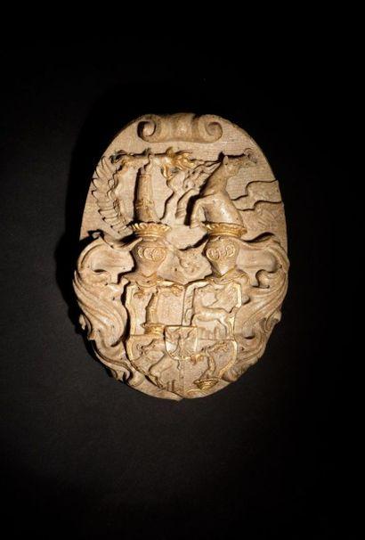 Cartouche en marbre sculpté en fort relief...