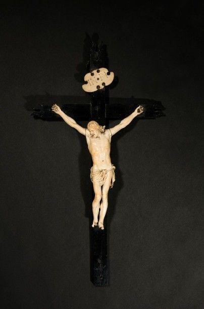 Crucifix avec Christ en ivoire sculpté et...