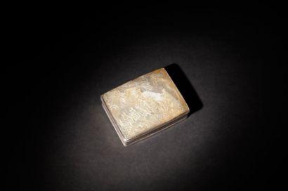 Boîte de forme rectangulaire en nacre sculptée...