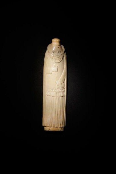 Râpe à tabac en ivoire sculpté d'un personnage...