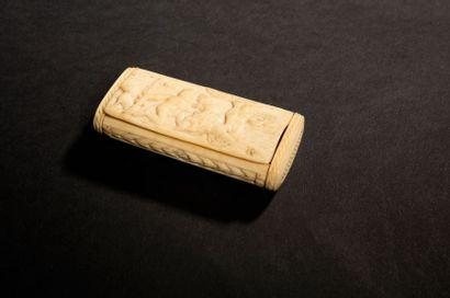 Boîte à tabac en ivoire sculpté d'une scène...