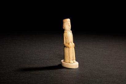 Personnage assis en ivoire sculpté en ronde-bosse....