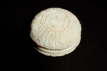 Boite à chapelet en ivoire de forme circulaire...
