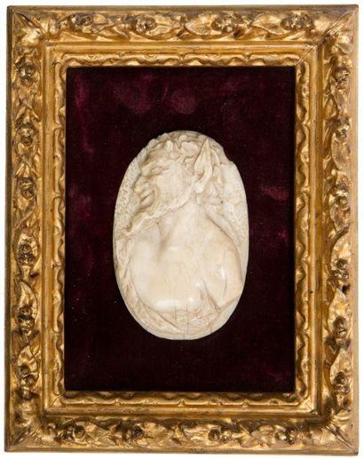 Médaillon en ivoire sculpté en bas-relief...