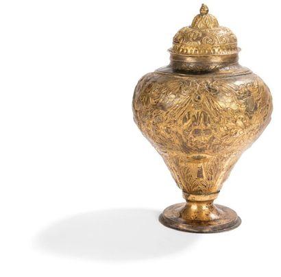 Vase couvert en cuivre repoussé et doré,...