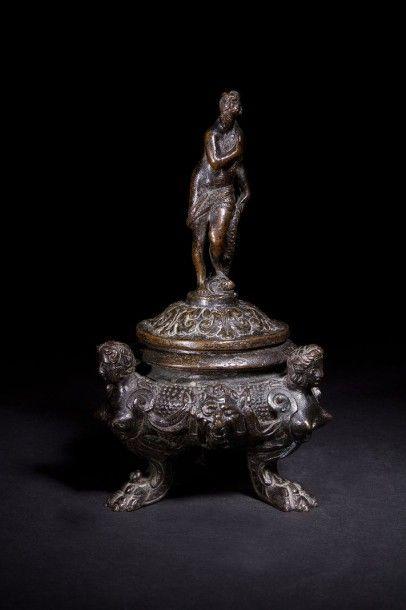 Brûle-parfum en bronze patiné, le couvercle...