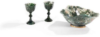 Deux verres en agate mousse, le pied en balustre....