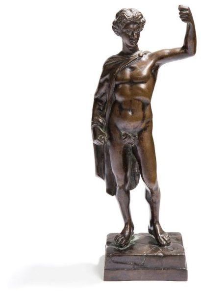 Figure de guerrier antique en bronze à patine...