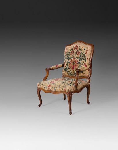 Grand fauteuil en hêtre teinté et mouluré,...