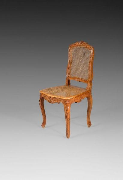 Chaise cannée en hêtre sculpté, de forme...