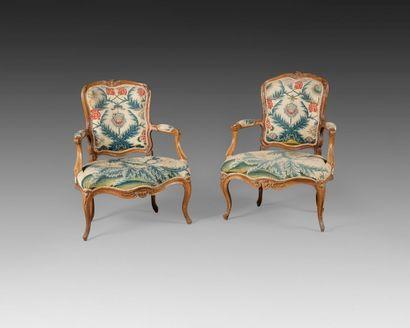Paire de fauteuils en hêtre mouluré et sculpté,...