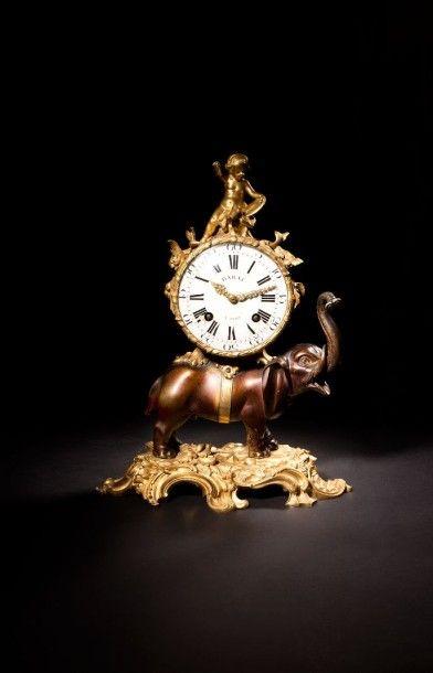 Pendule à l'éléphant en bronze patiné et...