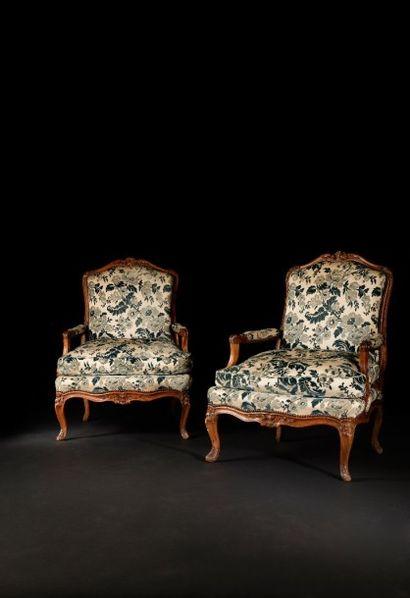 Paire de larges fauteuils de forme mouvementée...