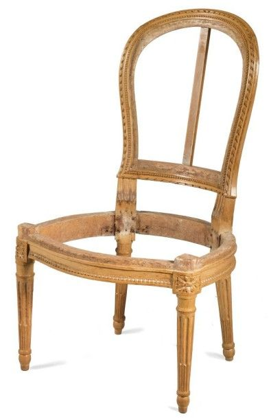 Chaise chauffeuse en hêtre sculpté à décor...