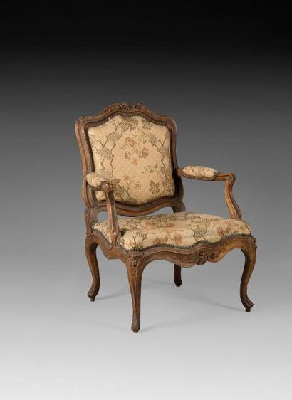 Beau fauteuil à dossier plat en hêtre mouluré...