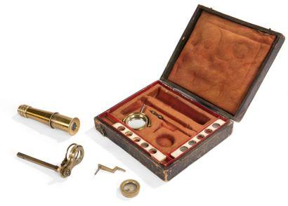 Petit microscope de voyage en laiton, avec...