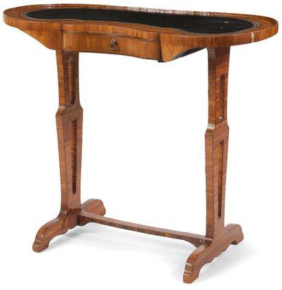 Table à écrire en bois de rose, le plateau...
