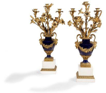 Paire de vases formant candélabres en porcelaine...