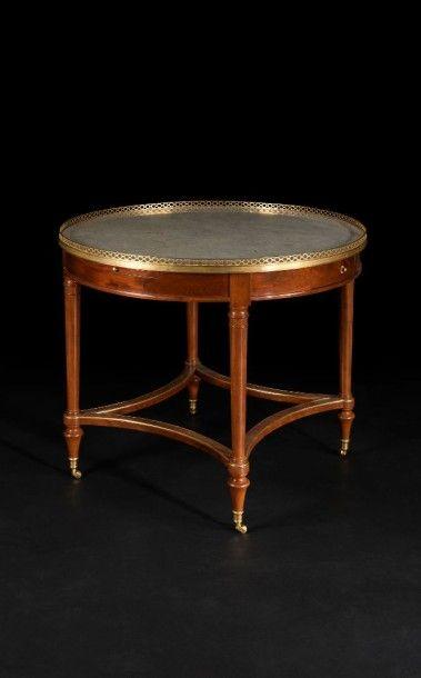 Grande table circulaire en acajou mouluré,...