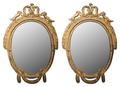 Paire de miroirs en cuivre repoussé et doré,...