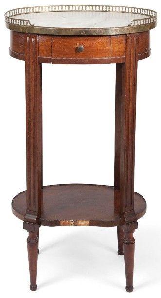 Table ovale en acajou ouvrant à un tiroir,...