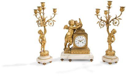 Pendule et paire de candélabres en bronze...